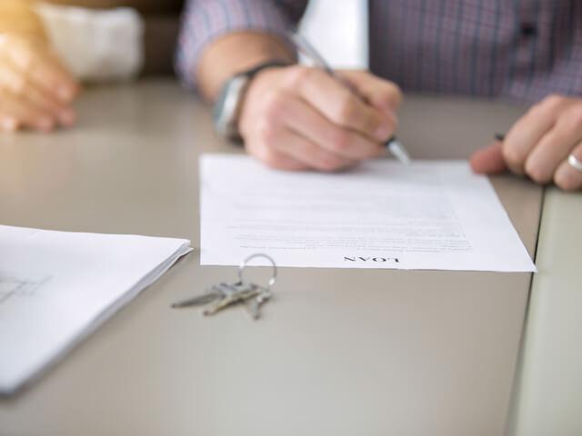 サインしている男性